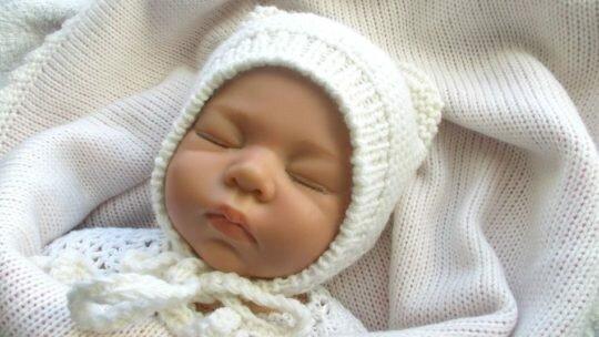 Шапочка для новорожденных спицами: схема и описание вязания для мальчика и девочки